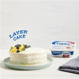 Layer cake con glassa al Fresco Cremoso e semi di papavero